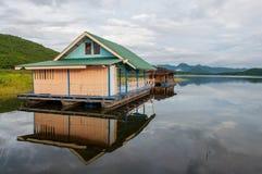 Hausboot auf Srinagarintara-Verdammung Stockfotografie