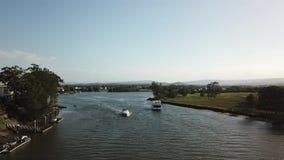 Hausboot in Hoffnungs-Insel coomera Fluss, der heraus zum Meer vorangeht stock footage