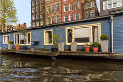 Hausboot mit terace in Amsterdam Stockfotografie