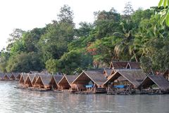 Hausboote auf dem See mit Bäumen, wie zurück gerieben Lizenzfreie Stockfotos