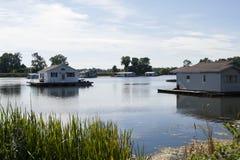 Hausboote auf einem See Lizenzfreie Stockbilder