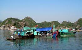Hausboote in langer Bucht ha nahe Cat Ba-Insel, Vietnam Stockfotos