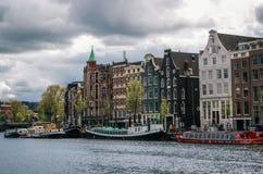 Hausboote und niederländische Architektur in Amsterdam Lizenzfreies Stockfoto