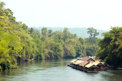 Hausbootflossfloss stromabwärts in dem Fluss Kwai Kanchanaburi Lizenzfreie Stockfotografie