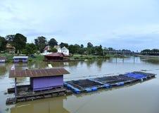Hausbootflussgebäude-Marksteinnatur stockfoto