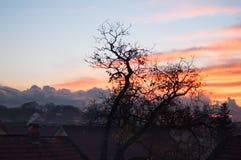 Hausdächer bei Sonnenuntergang nach Sturm Stockfotografie