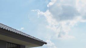 Hausdach mit blauem Himmel stockbild