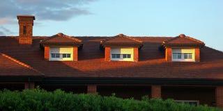 Hausdach mit Dachbodenfenstern Stockbild