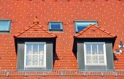 Hausdach mit giebeligen Fenstern lizenzfreies stockbild