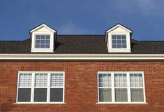Hausdachwohnoberlicht-Mansardenfensterroter backstein Lizenzfreie Stockbilder