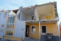 Hausdemolierung Ein schädigendes Haus Lizenzfreie Stockfotos
