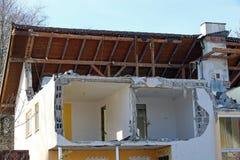 Hausdemolierung Ein schädigendes Haus Stockfotos