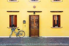 Hauseingang und -fahrrad Stockbilder