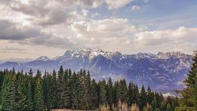 Hauser Kaibling, Steiermark/Österreich - 2. April 2017: Ansicht über das Ennstal-Tal und den Dachtstein-Gletscher lizenzfreie stockfotos