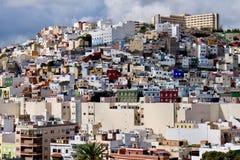 Hauses serrés de ville sur une colline photographie stock