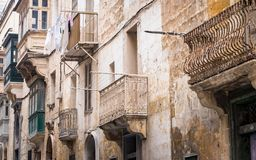 Hausfassade mit buntem, altem und lustigem Balkon auf Republik-Straße in Valletta, Malta stockfoto