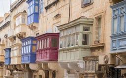 Hausfassade mit buntem, altem und lustigem Balkon auf Republik-Straße in Valletta, Malta lizenzfreie stockbilder