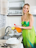 Hausfrau in den grünen waschenden Tellern Lizenzfreies Stockbild