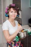 Hausfrau in der Küche lizenzfreies stockfoto
