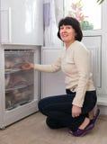 Hausfrau an der Küche nahe Gefrierschrank stockfoto