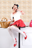 Hausfrau in der Wäscherei Lizenzfreie Stockfotos