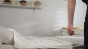 Hausfrau, die Blume auf Bettlaken, Konzept von weichen sauberen Leinen, Reinigungsmittel setzt stock footage
