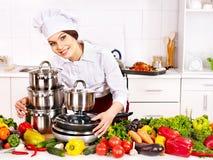 Hausfrau, die an der Küche kocht. Stockbilder