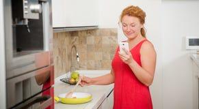 Hausfrau, die in der Küche kocht Lizenzfreies Stockfoto
