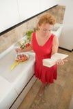 Hausfrau, die in der Küche kocht Lizenzfreies Stockbild