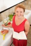 Hausfrau, die in der Küche kocht Stockfotos