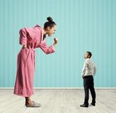 Hausfrau, die Faust schreit und zeigt Lizenzfreie Stockbilder