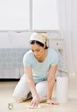 Hausfrau, die im Schlafzimmer abwischt herauf Streuung knit Stockfoto