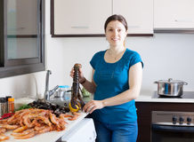Hausfrau, die Meeresfruchtspezialitäten kocht stockfoto
