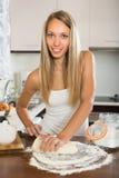 Hausfrau, die mit Teig kocht stockbilder