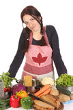 Hausfrau, die mit Verschiedenartigkeit eine Nahrung zubereitet stockfotografie