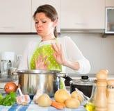Hausfrau, die schlechten Geruch von der Wanne sich fühlt stockfotografie