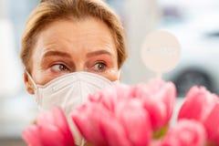 Hausfrau, die starke Allergie hat und für Blumen empfindlich sich fühlt lizenzfreie stockfotografie