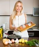 Hausfrau, die von den Lachsen kocht Stockfotos