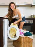 Hausfrau, die Waschmaschine verwendet Lizenzfreie Stockbilder
