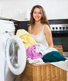 Hausfrau, die Waschmaschine verwendet Stockbilder