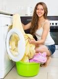 Hausfrau, die Waschmaschine verwendet Lizenzfreies Stockfoto