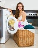 Hausfrau, die Waschmaschine verwendet Stockbild