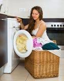 Hausfrau, die Waschmaschine verwendet Stockfoto