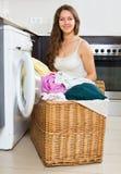 Hausfrau, die Waschmaschine verwendet Lizenzfreie Stockfotos