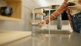 Hausfrau, die zu Hause schwarzen Becher in der Küche wäscht stock video footage