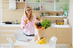 Hausfrau erhielt ihr Lebensmittelgeschäfte geliefert vom Online-Shop stockfoto
