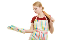 Hausfrau hält offene Palme der Backennudelholz-Vertretung Stockbilder