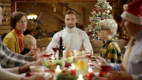 Hausfrau holt das Hauptgericht auf Weihnachtsessentabelle, Fokus auf Torte, dann auf jeder sonst stock video