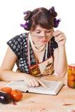 Hausfrau liest ein Kochbuch Stockfotos