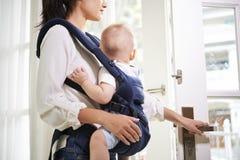 Hausfrau mit Baby stockbild